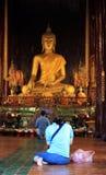 buddha som ber till Arkivfoton