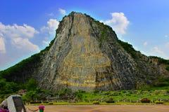 Buddha som snidas på berget Arkivfoto