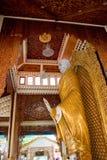 buddha som snider guld- plattform wood Arkivbilder