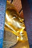 Buddha som vilar på watphoen i Thailand Royaltyfria Bilder