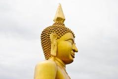 Buddha statua na bielu i szarość chmurze zdjęcie royalty free