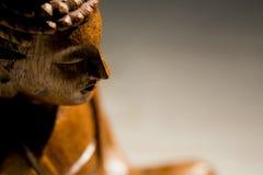 Buddha statua na stole obraz stock
