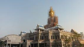 Buddha statua ono naprawia na budynku Zdjęcia Royalty Free