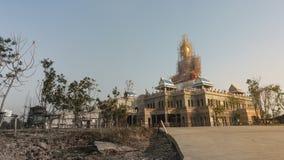 Buddha statua ono naprawia na budynku, szeroki kąt Fotografia Stock