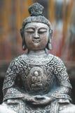Buddha statua przed kadzidłowymi kijami zdjęcia stock