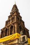 Buddha statua, Stary Chedi w Wacie Phra Który Hariphunchai Zdjęcie Stock