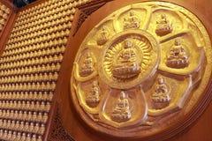 Buddha statua, stiuk na chińskiej świątyni ścianie w smoku Świątynny Kammalawat w Nonthaburi, Tajlandia (Wat Lengnoeiyi) Zdjęcie Royalty Free