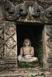 Buddha statua w antycznej ruiny świątyni Obrazy Royalty Free