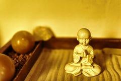 Buddha statua w Lotosowej pozyci obsiadaniu na piasku Buddha w Zen ogródzie Z Gładkimi liniami w piasku Obraz Royalty Free
