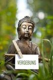 Buddha statua z słowem Vergebung Fotografia Royalty Free