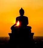 Buddha-Statue auf Sonnenunterganghimmelhintergrund Stockfoto