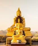 Buddha-Statue auf Sonnenunterganghimmelhintergrund Thailand Stockfoto