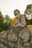 Buddha-Statue bei Tempel mit 500 dem goldenen Pagoden, Thailand Stockfotografie