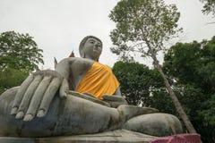 Buddha-Statue bei Tempel mit 500 dem goldenen Pagoden, Thailand Lizenzfreies Stockbild