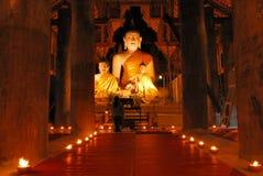 Buddha-Statue in der Kerzeleuchte lizenzfreie stockbilder
