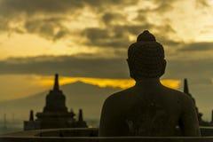 Buddha-Statue, die Ostrichtung gegenüberstellt Stockfotografie