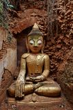 Buddha-Statue an einem alten Tempel Stockfoto
