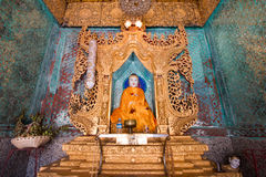 Buddha-Statue in einem schönen Tempel Lizenzfreies Stockfoto