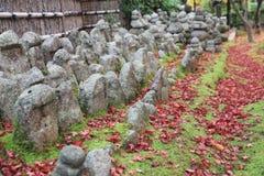 Buddha-Statue in einem Zengarten von Adashino Nenbutsu-ji Lizenzfreie Stockfotos