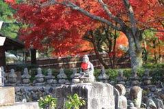 Buddha-Statue in einem Zengarten von Adashino Nenbutsu-ji Stockbilder