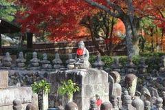 Buddha-Statue in einem Zengarten von Adashino Nenbutsu-ji Stockfotografie