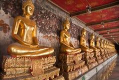 Buddha-Statue in einer Reihe mit Ziegeln gedeckt vom Recht stockfoto