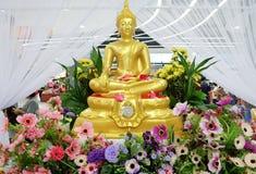 Buddha-Statue gesetzt unter den Blumen Songkran-Festival Thailand lizenzfreie stockfotografie