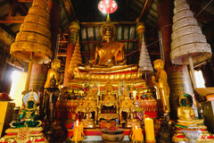 Buddha-Statue Goldskulptur des öffentlichen Orts der Buddha-Statue, an Wat Ratchaburana-Tempel im phitsanulok, Thailand Stockfotografie