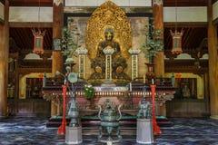 Buddha-Statue im Butsuden Hall (Buddha Hall) an Daitoku-jitempel in Kyoto Lizenzfreie Stockfotos