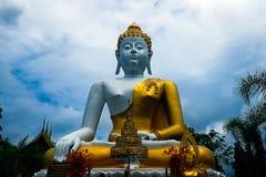 Buddha-Statue im Freien bei Chiang Mai stockbilder