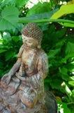Buddha-Statue im grünen Garten Lizenzfreies Stockbild