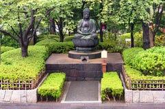 Buddha-Statue im japanischen Garten Stockfotos