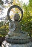 Buddha-Statue im Park mit Schutzgeste Lizenzfreie Stockbilder