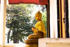 Buddha-Statue im Tempel lizenzfreie stockbilder