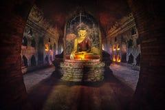 Buddha-Statue innerhalb der alten Pagode bei Bagan, Myanmar stockfotografie