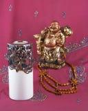 Buddha-Statue, Kerzenhalter, Holzperlen Stockfotos
