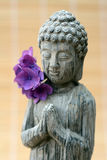 Buddha-Statue mit einem Reedhintergrund Stockbild