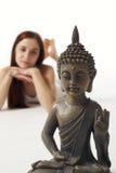 Buddha-Statue mit Frauenversatz Stockfotos