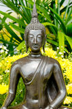 Buddha-Statue mit gelber Blume lizenzfreie abbildung