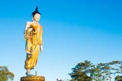 Buddha-Statue mit Girlande lizenzfreie stockbilder
