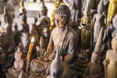Buddha-Statue mit Kerze Stockfotografie