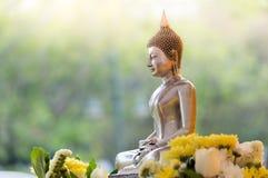 Buddha-Statue mit Naturhintergrund lizenzfreie stockfotografie