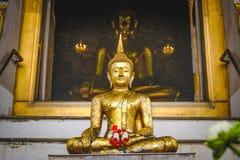 Buddha-Statue mit thailändischer Kunstarchitektur und großer Buddha-Goldhintergrund in der Kirche Stockbild
