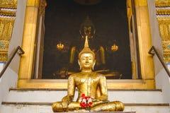 Buddha-Statue mit thailändischer Kunstarchitektur und großer Buddha-Goldhintergrund in der Kirche Stockfotos