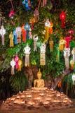 Buddha-Statue umgeben durch Kerzen während Loy Kratong Festivals, Stockfoto