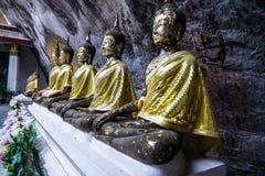 Buddha-Statue und Blume stockfotografie