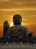 Buddha-Statue und drastischer Sonnenuntergang Stockbild