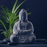 Buddha-Statue und Steine stockbilder
