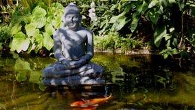 Buddha-Statue und Teich Stockfoto