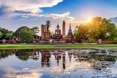 Buddha-Statue und Wat Mahathat Temple lizenzfreie stockfotografie